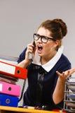 Сердитый bossy говорить телефона коммерсантки Стоковая Фотография RF
