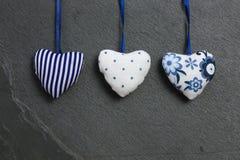 Сердца белой голубой валентинки влюбленности картины вися на сером шифере Стоковые Фото