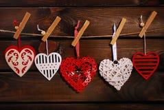 Сердца валентинки вися на деревянной предпосылке Стоковое фото RF