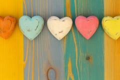 Сердца валентинки влюбленности на деревянной доске покрашенной текстурой Backgrou Стоковое Изображение RF