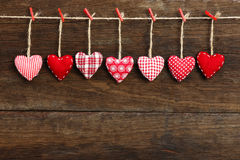 Сердца валентинки влюбленности холстинки вися на деревянном backgr текстуры Стоковое Изображение