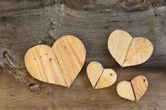 4 сердца валентинок влюбленности деревянных на старой предпосылке вяза Стоковая Фотография