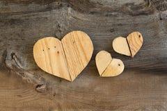 3 сердца валентинок влюбленности деревянных на старой предпосылке вяза Стоковое Изображение RF
