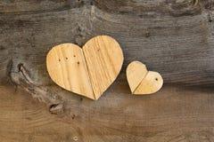 2 сердца валентинок влюбленности деревянных на старой предпосылке вяза Стоковые Фото