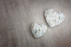 Сердца вися над деревянной текстурированной предпосылкой Стоковая Фотография