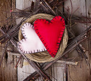 2 сердца войлока в деревянном гнезде Стоковые Изображения