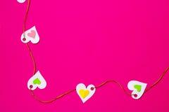 Сердца в ряд, на розовом космосе предпосылки и экземпляра Стоковые Изображения