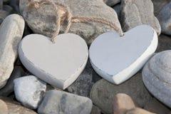 2 сердца влюбленности на скалистом пляже Стоковое Фото