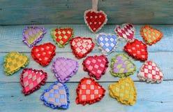 Сердца лент сатинировки пестротканых на день ` s валентинки Стоковое фото RF