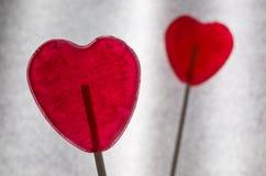 2 сердца леденца на палочке на бумажной предпосылке Стоковое Изображение
