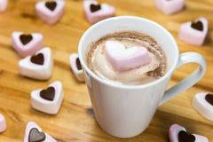 Сердца зефира и yummy питье горячего шоколада человек влюбленности поцелуя принципиальной схемы к женщине Стоковое Изображение RF
