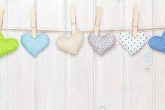 Сердца игрушки дня валентинок вися на веревочке Стоковые Изображения