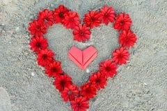 Сердца и цветок валентинки бумажные Стоковые Фото