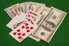 Сердца королевского притока и деньги доллара на войлоке зеленого цвета Стоковое фото RF