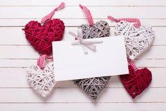 Сердца красного цвета, белых и серых декоративные и пустая бирка на белизне Стоковое фото RF