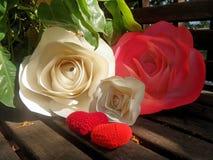 Сердца красного цвета розы и вязания крючком бумаги Стоковые Изображения