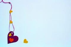 Сердца - красные, зеленый, желтый на нежно голубой предпосылке Стоковая Фотография