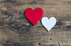 2 сердца - красный цвет и белизна День ` s валентинки открытки Стоковые Фотографии RF