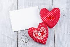 Сердца на белой деревянной предпосылке Стоковые Фотографии RF