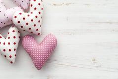 Сердца на белой деревянной предпосылке Стоковые Фото