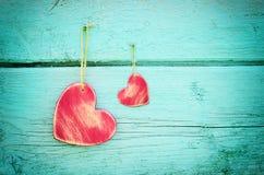 2 сердца на голубой деревянной предпосылке Стоковое Изображение