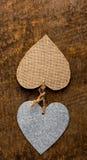 2 сердца на деревенской древесине Стоковое Изображение
