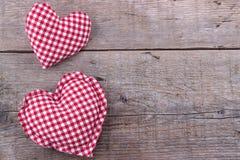 Сердца на деревянной доске, предпосылке дня валентинок Стоковая Фотография RF
