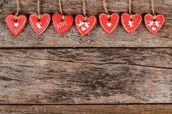 Сердца на деревянной предпосылке связанный вектор Валентайн иллюстрации s 2 сердец дня Стоковое Изображение RF
