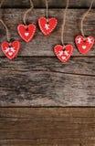 Сердца на деревянной предпосылке связанный вектор Валентайн иллюстрации s 2 сердец дня Стоковые Изображения