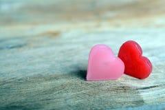 2 сердца на деревянной предпосылке Стоковые Фотографии RF