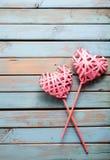 2 сердца на деревянной предпосылке Стоковое Изображение RF