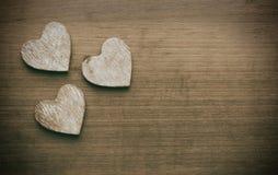 3 сердца на grungy деревянной предпосылке Стоковые Фото