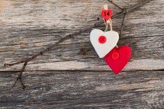 Сердца дня валентинки на ветви на деревянной предпосылке 8 Валентайн архива eps дня карточки включенных Скопируйте космос, Стоковое фото RF