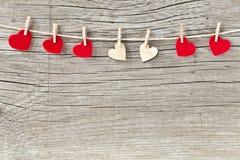 Сердца дня валентинок вися на шнуре Стоковые Изображения