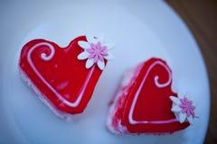 2 сердца печенья на белой плите Валентайн дня s Стоковое Изображение