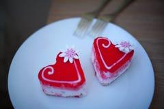 2 сердца печенья на белой плите Валентайн дня s Стоковая Фотография