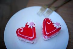 2 сердца печенья на белой плите Валентайн дня s Стоковые Фото
