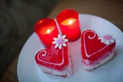 2 сердца печенья на белой плите Валентайн дня s Стоковое фото RF