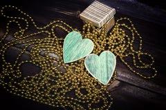 2 сердца, подарок и удара на темных досках Стоковое Изображение RF