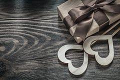 Сердца подарочной коробки белые деревянные на винтажных деревянных праздниках доски conc Стоковые Фотографии RF