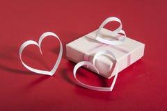 Сердца предпосылки и белой бумаги дня ` s валентинки красные, коробка подарка, Стоковые Изображения