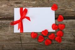 сердца приветствию карточки смычка красные Стоковые Изображения