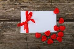 сердца приветствию карточки смычка красные Стоковая Фотография