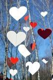 Сердца против предпосылки голубого неба и деревьев Стоковые Изображения