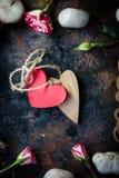 2 сердца прыгнутого совместно Валентайн сердец красное s золота дня предпосылки Стоковые Фотографии RF