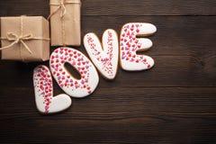 Сердца пряников и маленькие коробки на день валентинок Стоковое Фото