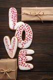 Сердца пряников и маленькие коробки на день валентинок Стоковая Фотография