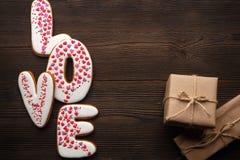 Сердца пряников и маленькие коробки на день валентинок Стоковое фото RF