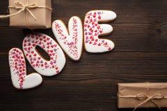 Сердца пряников и маленькие коробки на день валентинок Стоковые Фото