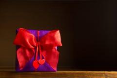 Сердца смычка подарка красные темные Стоковое Фото